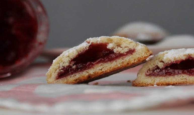 Cookies with raspberries jam