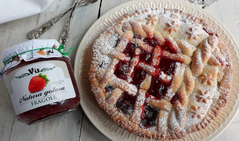 Tart with strawberries jam and custard cream