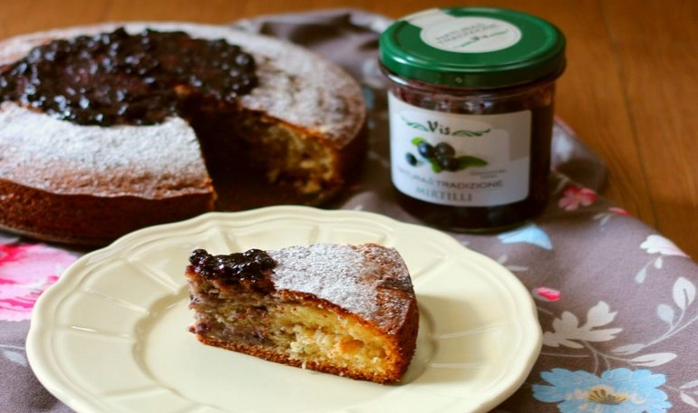 Cake with a soft heart of ricotta and blueberries jam