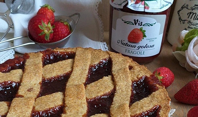 Tart with whole flour and strawberries jam