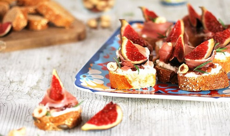 Italian bruschette with figs