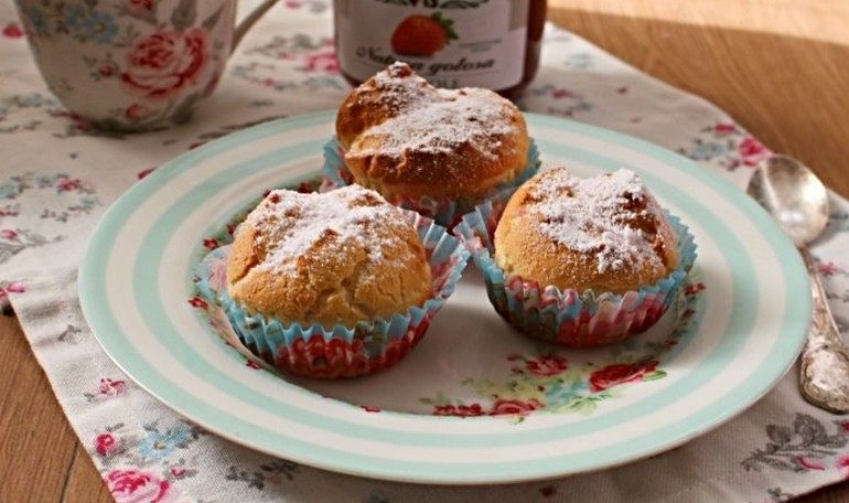 Muffin choux with strawberries jam