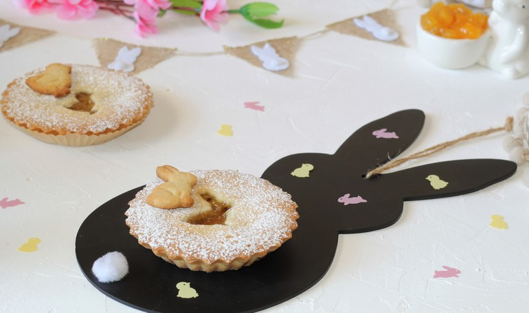 Little tarts with amaretti and peach jam