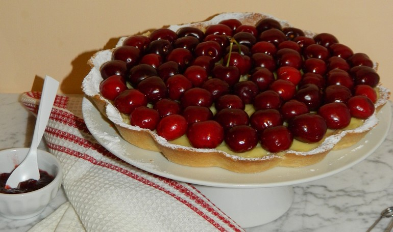 Tart with crème patissière and cherries