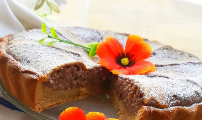 Pastiera with chocolate and honey
