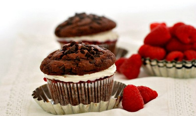Chocolate muffins with whipped ricotta and raspberries jam